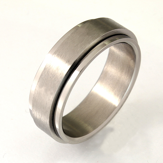 CJT013 - 7mm spinning ring. Satin centre with polished edges.